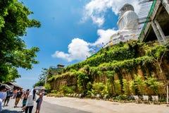 Turisten tycker om på den stora Buddha i Phuket Royaltyfria Bilder