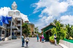 Turisten tycker om på den stora Buddha i Phuket Royaltyfri Fotografi