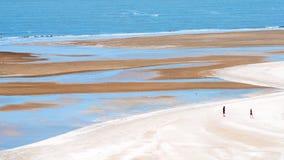 Turisten tycker om på sandstrand Fotografering för Bildbyråer