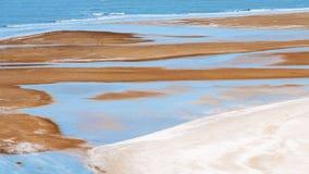 Turisten tycker om på sandstrand Royaltyfri Fotografi