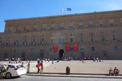 Turisten vilar framme på Palazzo Pitti i Florence royaltyfria bilder