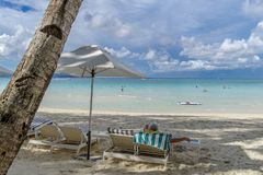 Turisten vilar på den vita stranden i Boracay Royaltyfri Bild