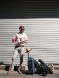 Turisten vilar trötthetloppsemester royaltyfri fotografi