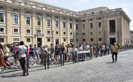 Turister är i linjen för att besöka Vatican City Arkivfoton