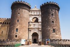 Turister är nära ingången till Castel Nouvo Royaltyfria Bilder
