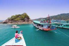 Turister är tycker om att snorkla som är undervattens- Arkivfoton