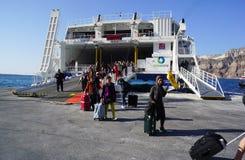 Turister överbord på färjan på port av Santorini, Grekland arkivbilder