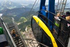 Turister överst av gondolen i övrestationen av den Dachstein kabelbilen på Augusti 17, 2017 i Ramsau f.m. Dachstein, Österrike Arkivfoton
