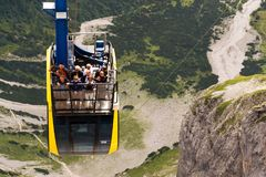 Turister överst av gondolen i övrestationen av den Dachstein kabelbilen på Augusti 17, 2017 i Ramsau f.m. Dachstein, Österrike Fotografering för Bildbyråer
