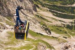 Turister överst av gondolen i övrestationen av den Dachstein kabelbilen på Augusti 17, 2017 i Ramsau f.m. Dachstein, Österrike Royaltyfri Foto