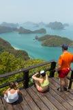 Turister överst av kullen på den Angthong medborgaren Marine Park royaltyfria foton