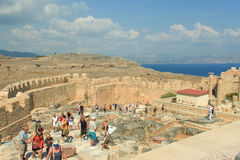 Turister av Lindos den forntida akropolen fördärvar upptill Royaltyfri Foto