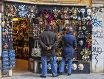 Turister av a maskerar framme shoppar i Venedig Royaltyfri Foto