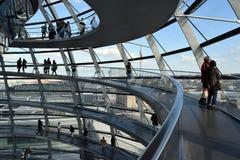 Turister berlin för Reichstag kupolramp fotografering för bildbyråer