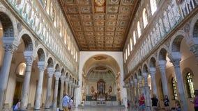 Turister besöker basilikan av Sant ` Apollinare Nuovo i Ravenna arkivfilmer