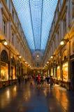 Turister besöker berömda kungliga gallerier av helgonet Hubert i aftonen, Bryssel, Belgien arkivfoton