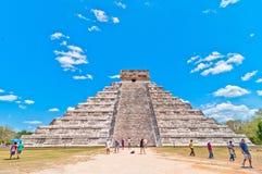 Turister besöker Chichen Itza - Yucatan, Mexico Royaltyfri Bild