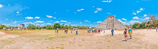Turister besöker Chichen Itza - Yucatan, Mexico Fotografering för Bildbyråer
