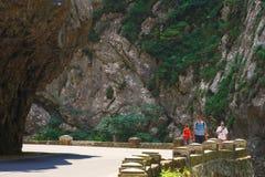 Turister besöker den Bicaz kanjonen Arkivfoton