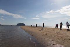 Turister besöker den guld- skalan Dragon Spine Beach Arkivbilder