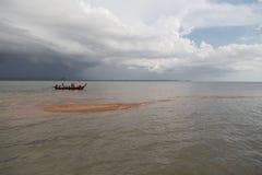 Turister besöker den guld- skalan Dragon Spine Beach Royaltyfri Fotografi