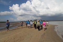 Turister besöker den guld- skalan Dragon Spine Beach Arkivfoton