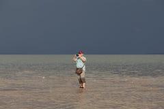 Turister besöker den guld- skalan Dragon Spine Beach Royaltyfri Bild