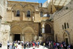 Turister besöker den heliga griftkyrkan på Jerusalem/Israel arkivbilder