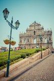 Turister besöker den historiska mitten av Macao Arkivbilder
