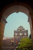 Turister besöker den historiska mitten av Macao Arkivbild