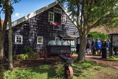Turister besöker den karakteristiska ostlantgården på Zaansen Scha fotografering för bildbyråer