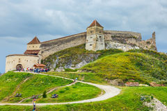 Turister besöker den medeltida slotten i Rasnov Fästningen byggdes mellan 1211 och 1225 Royaltyfria Foton
