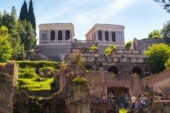 Turister besöker den Palatine kullen i Rome, Italien Royaltyfri Bild