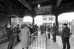 Turister besöker den stora moskén för den xian huajuegränden, svartvit bild Royaltyfria Foton