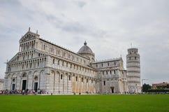 Turister besöker det lutande tornet av Pisa Arkivfoto