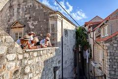 Turister besöker fästningväggen och den gamla staden av Dubrovnik, Dalmatia, Kroatien Arkivfoto