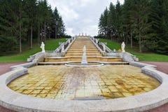 Turister besöker ` för berget för kaskadspringbrunn` guld- och en skulptur av flora Royaltyfria Bilder