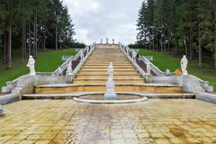Turister besöker ` för berget för kaskadspringbrunn` guld- och en skulptur av flora Peterhof St Petersburg, Ryssland Fotografering för Bildbyråer