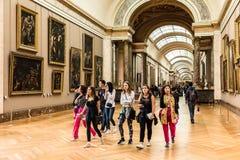 Turister besöker Louvre Museum Musee du Louvre Paris franc royaltyfri foto