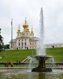 Turister besöker Peter och Paul Church och `en för springbrunn`-bunke, Peterhof St Petersburg, Ryssland Arkivfoton