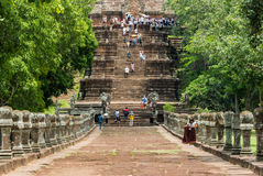 Turister besöker Prasaten Phanom ringde Royaltyfri Foto