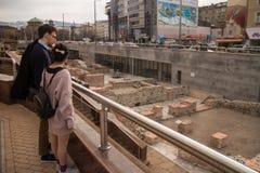 Turister besöker roman forntida Serdica fördärvar i Sofia, Bulgarien Royaltyfria Foton