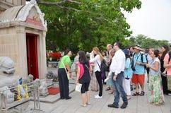 Turister besöker smällen PA-i slott Arkivfoto
