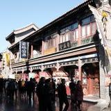 Turister besöker Tianjin den forntida kulturstreetGuen Wenhua Jie i hösten Arkivbild