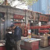 Turister besöker Tianjin den forntida kulturstreetGuen Wenhua Jie i hösten Arkivfoto