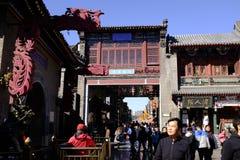 Turister besöker Tianjin den forntida kulturstreetGuen Wenhua Jie i hösten Royaltyfria Bilder