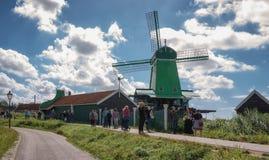 Turister besöker väderkvarnarna på Zaansen Schans i Zaandijk arkivbild