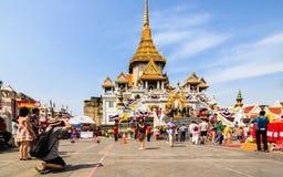 Turister besöker Wat Traimit (tempel av den guld- Buddha) i Bangkok, Thailand Royaltyfri Foto