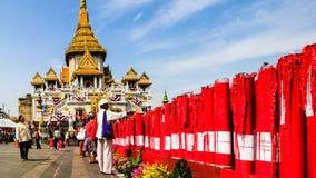 Turister besöker Wat Traimit (tempel av den guld- Buddha) i Bangkok, Thailand Arkivbild