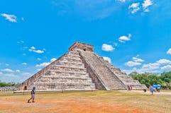 Turister besöker Chichen Itza - Yucatan, Mexico Royaltyfri Foto